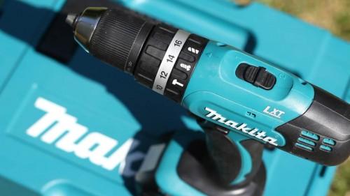 Drehmomenteinstellung und Bohrstufen, sowie Getriebewahlhebel an der Oberseite des Makita DHP453.