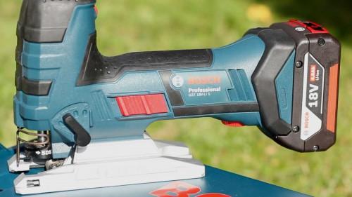 Vertikaler Aufbau des Akkus der Bosch GST 18 Stichsäge