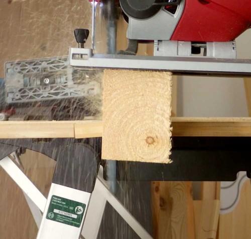 Test der Leistung der Einhell-Säge mit 80mm-Weichholz
